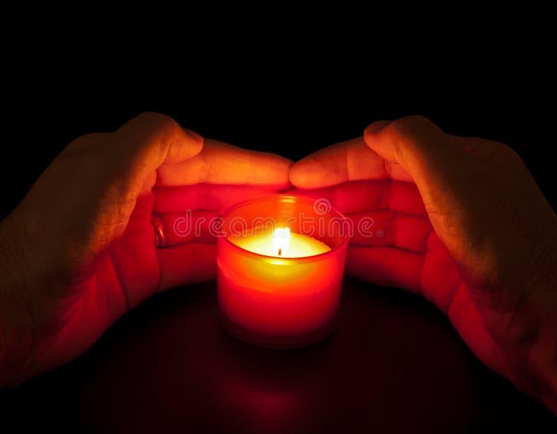 在爱恋的内存-奉献的蜡烛用现有量 图库摄影