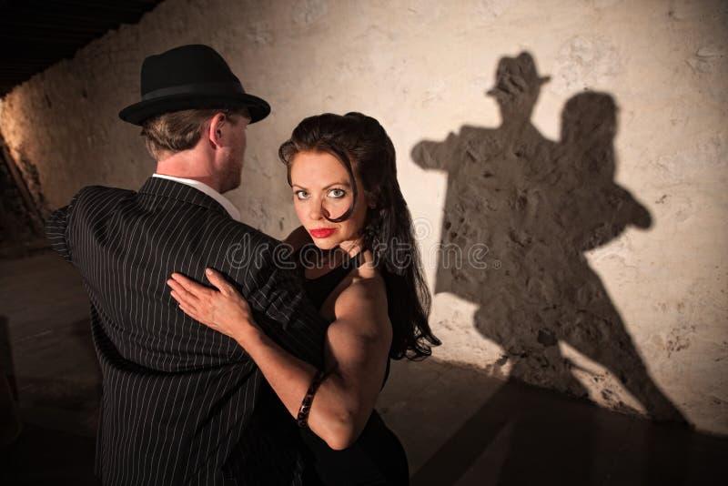 在爱恋的容忍的跳舞夫妇 免版税库存照片