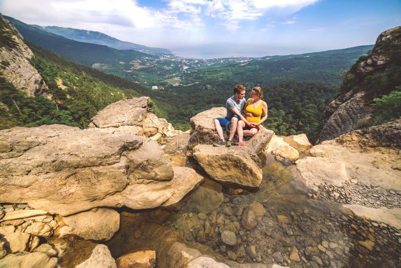 在爱旅行照片的夫妇在山 免版税库存照片