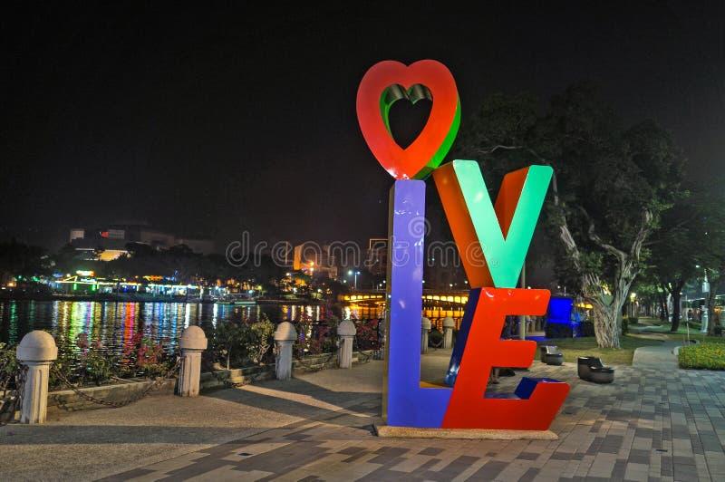 在爱河,高雄,台湾旁边的`爱词`装置艺术 免版税库存照片