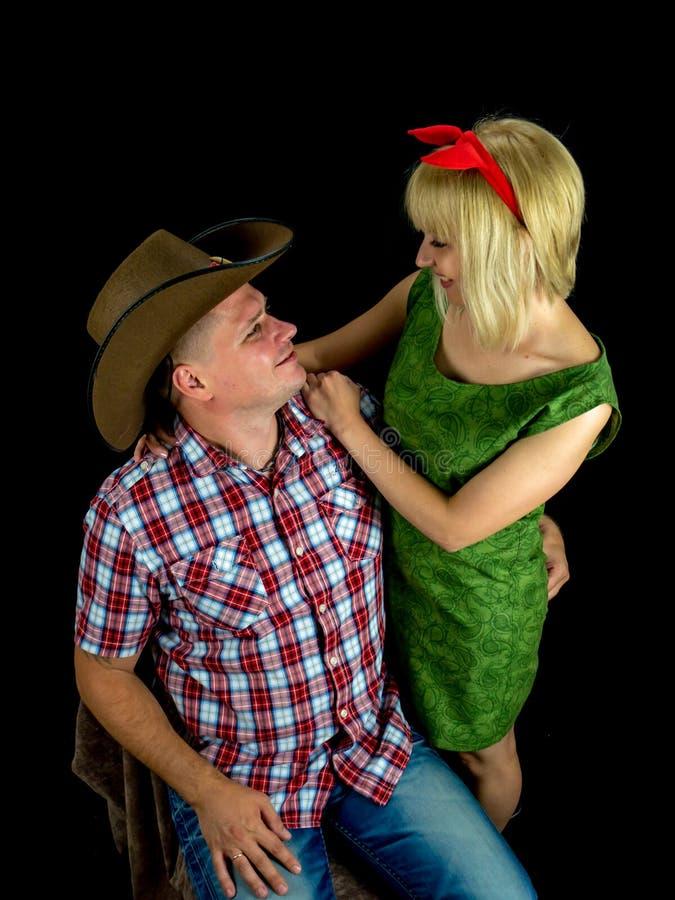 在爱演播室照片的愉快的年轻夫妇 免版税库存图片