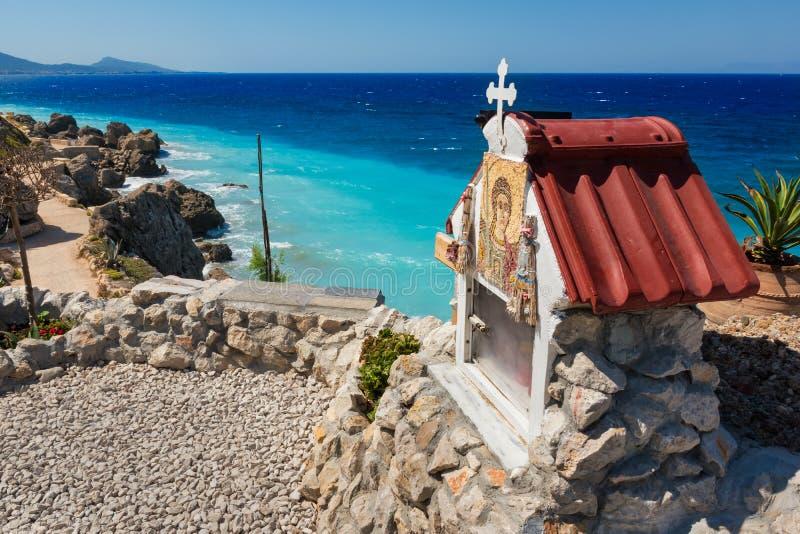在爱琴海海岸线的一座东正教寺庙在罗得岛海岛上  库存图片