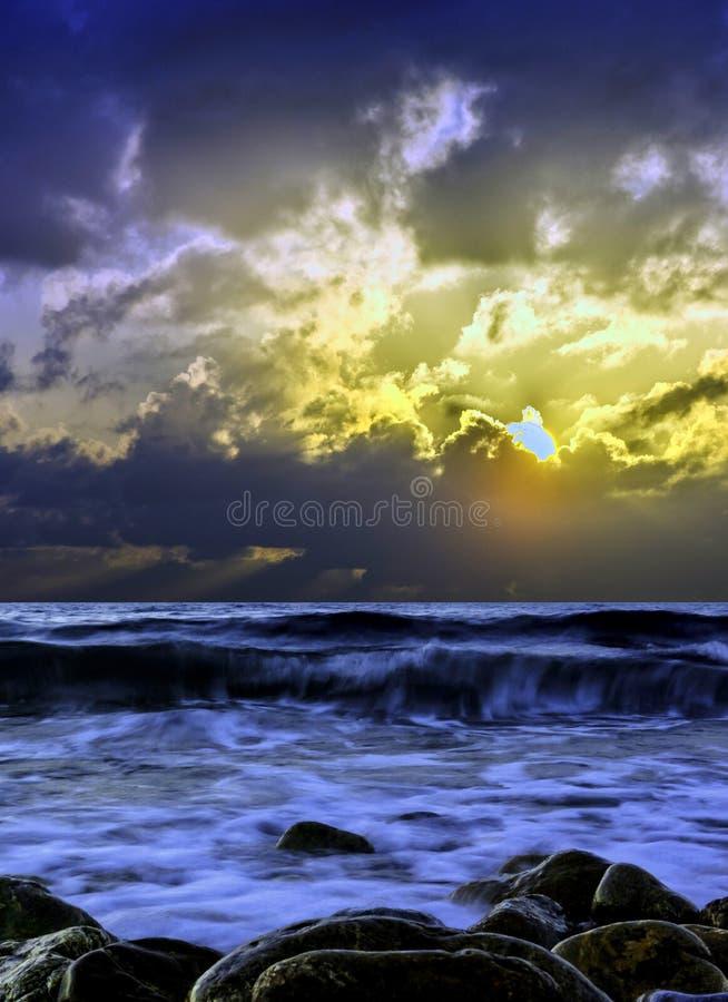 在爱琴海的剧烈的日出在古韦斯,克利特,希腊 库存图片