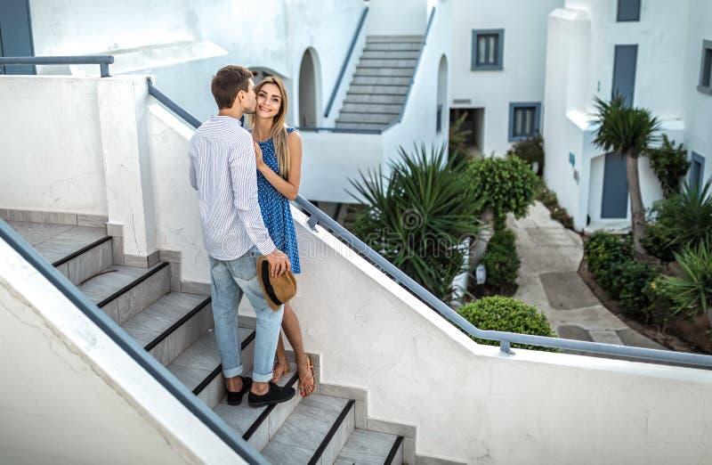 在爱的一对年轻夫妇,人亲吻面颊的女孩 希腊,塞浦路斯,雅典,意大利,Thira 文本的空间 免版税库存图片