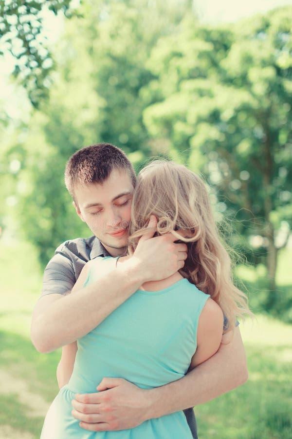 在爱的可爱的年轻夫妇,人拥抱的妇女,温暖的感觉 免版税库存照片