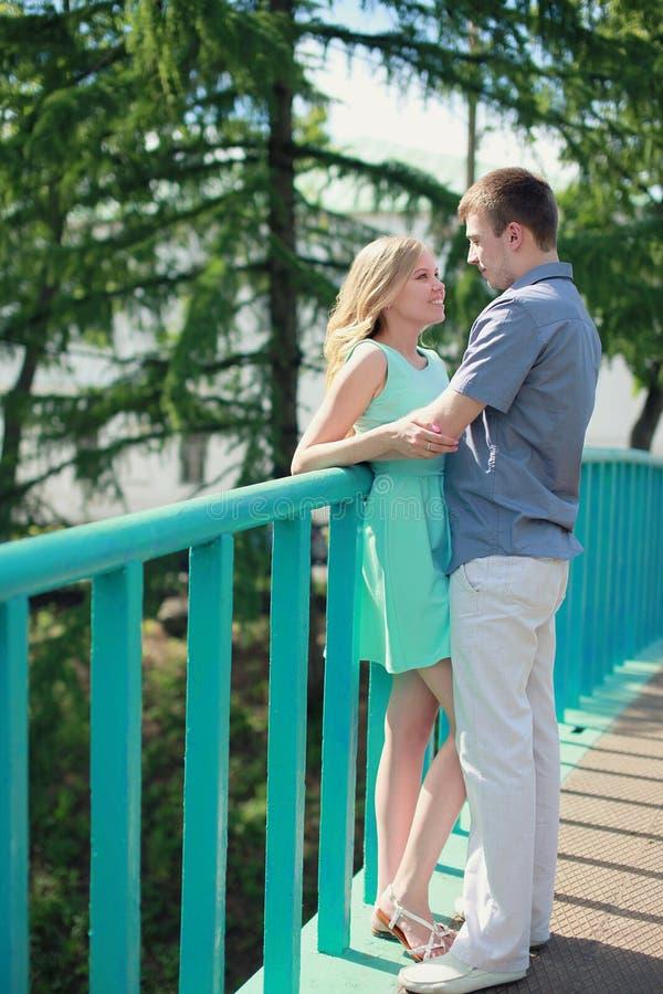 在爱的可爱的年轻夫妇 免版税图库摄影