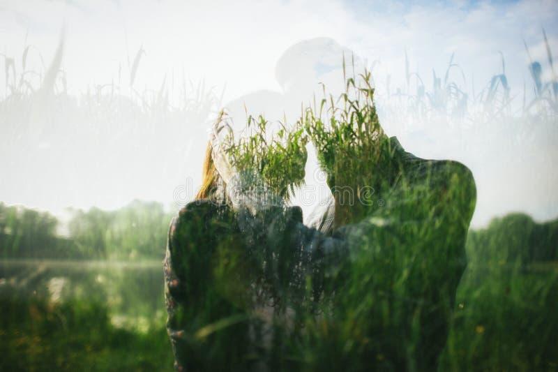 在爱的在湖的夫妇和芦苇 图库摄影