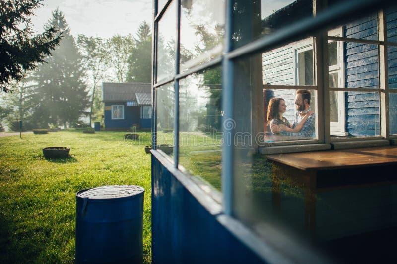 在爱的在湖的夫妇和芦苇 库存图片