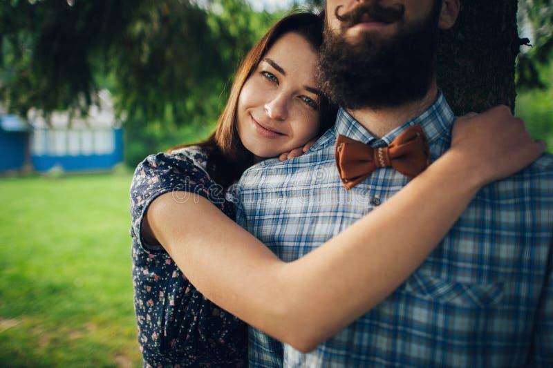 在爱的在湖的夫妇和芦苇 免版税图库摄影