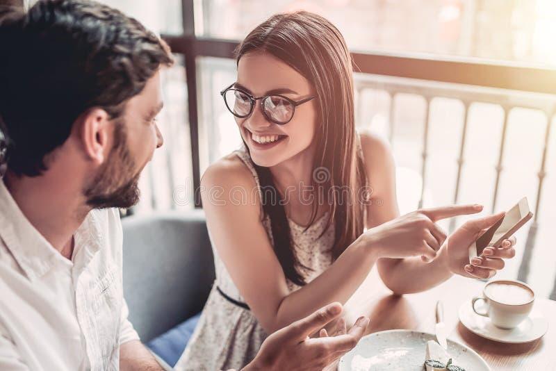 在爱的夫妇在咖啡馆 免版税库存图片