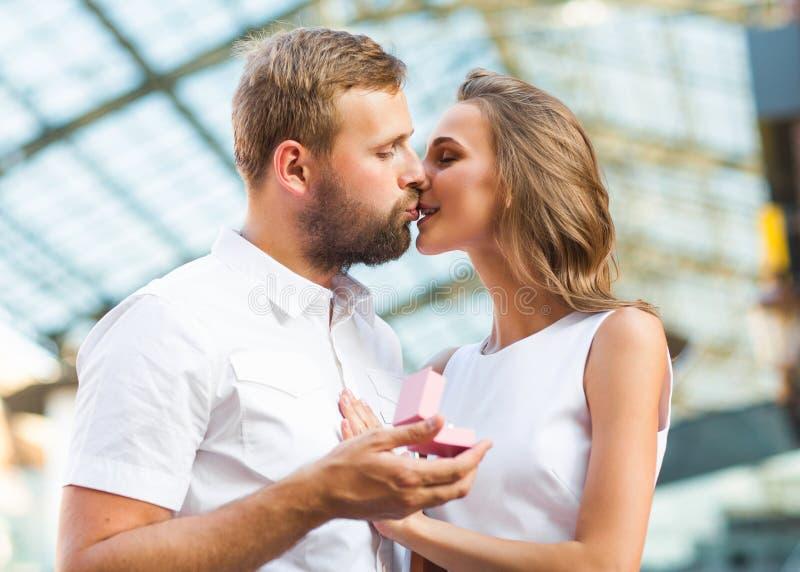 在爱的夫妇在圣华伦泰在日落的` s天 免版税库存照片