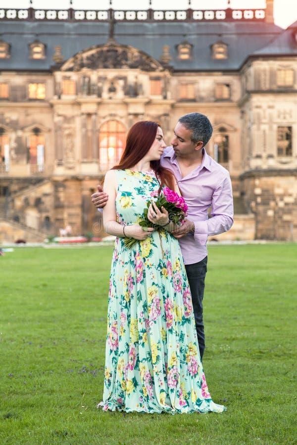 在爱的夫妇在宫殿或豪宅背景  库存照片