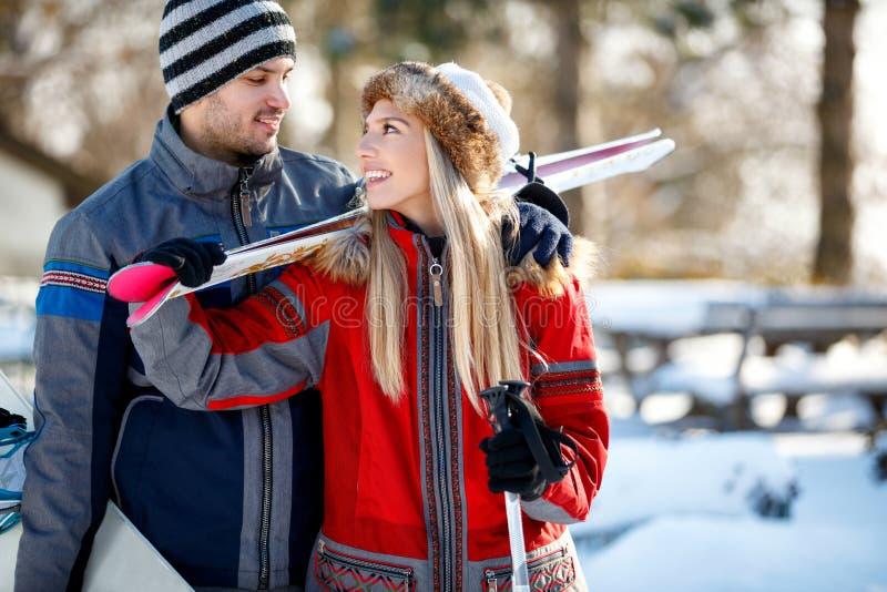 在爱的夫妇在山的滑雪 免版税库存图片