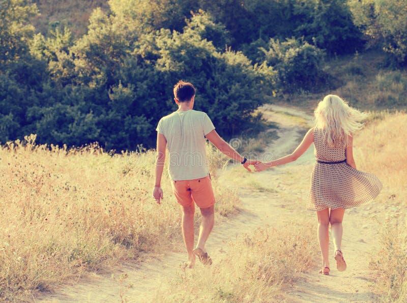 在爱的夫妇在愉快户外一起的夏时 免版税图库摄影