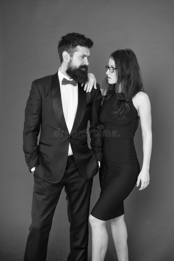 在爱的夫妇在日期 业务会议时尚 正式时尚神色 提案或定婚晚会 正式夫妇  库存照片