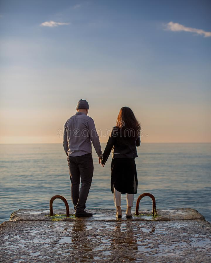 在爱的夫妇在码头 免版税库存图片