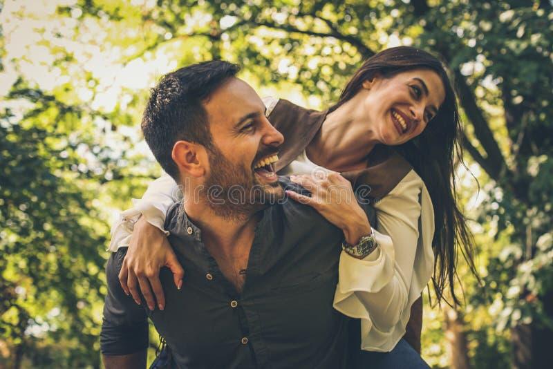 在爱的夫妇有乐趣和笑 免版税库存照片