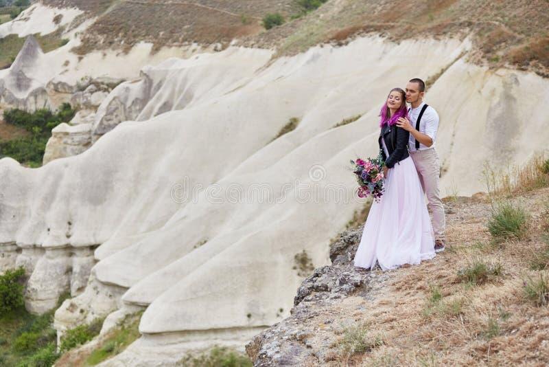 在爱的夫妇遇见黎明本质上、的男人和亲吻的妇女拥抱和 美好的夫妇浪漫步行,密切的关系 免版税库存图片