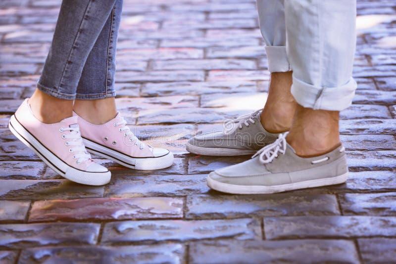 在爱的年轻夫妇在街道,特写镜头上 免版税库存图片
