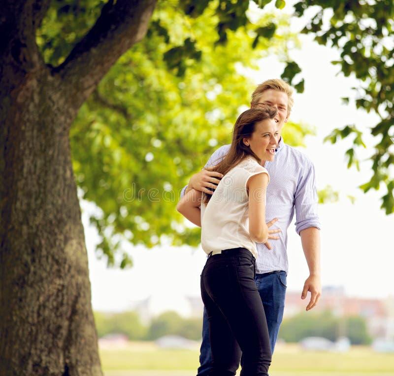 在爱的快乐的夫妇在公园 图库摄影
