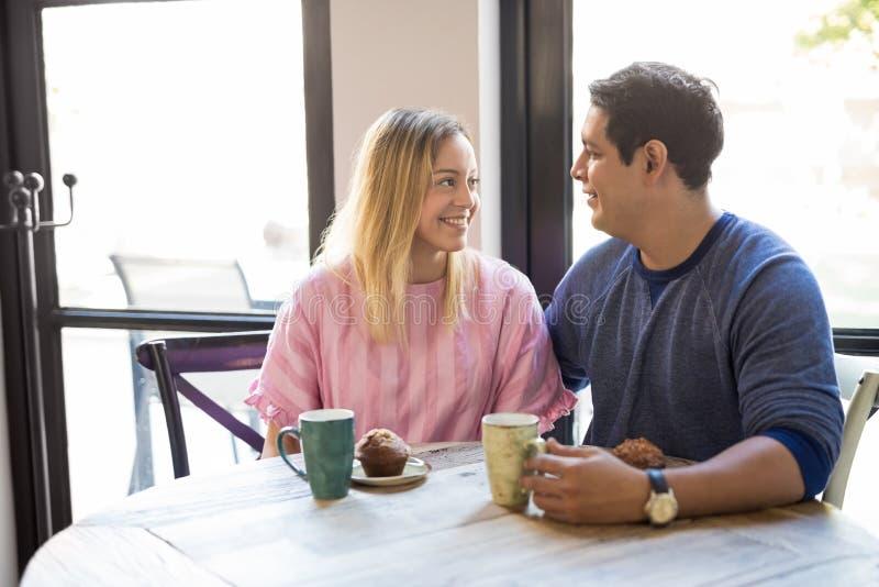 在爱的悦目年轻夫妇在餐馆 免版税库存照片