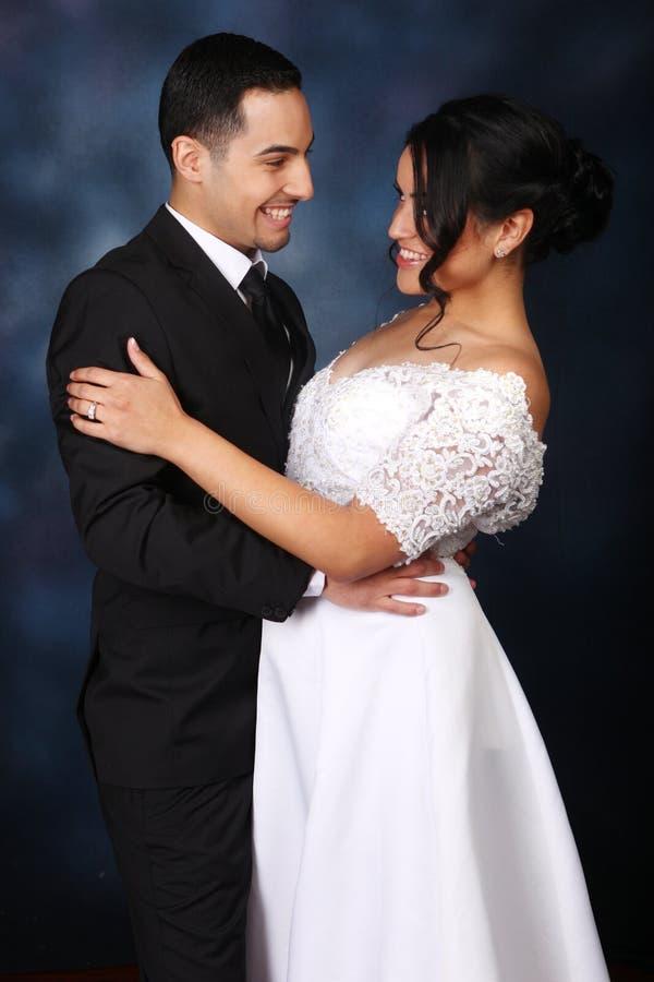 在爱的愉快的婚礼夫妇 图库摄影