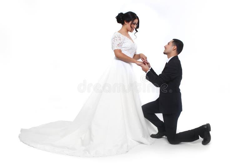 在爱的愉快的婚礼夫妇 免版税库存照片