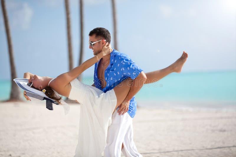在爱的愉快的家庭获得乐趣一起在海滩夏天vacatio 库存照片