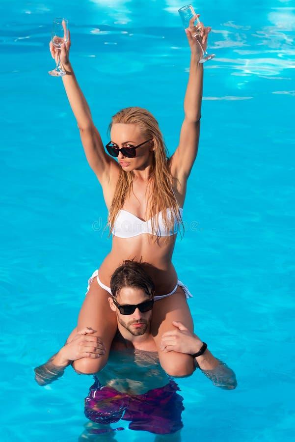 在爱的愉快的年轻浪漫夫妇获得在美丽的海滩的乐趣美好的夏日 年轻爱恋的夫妇放松和 库存照片