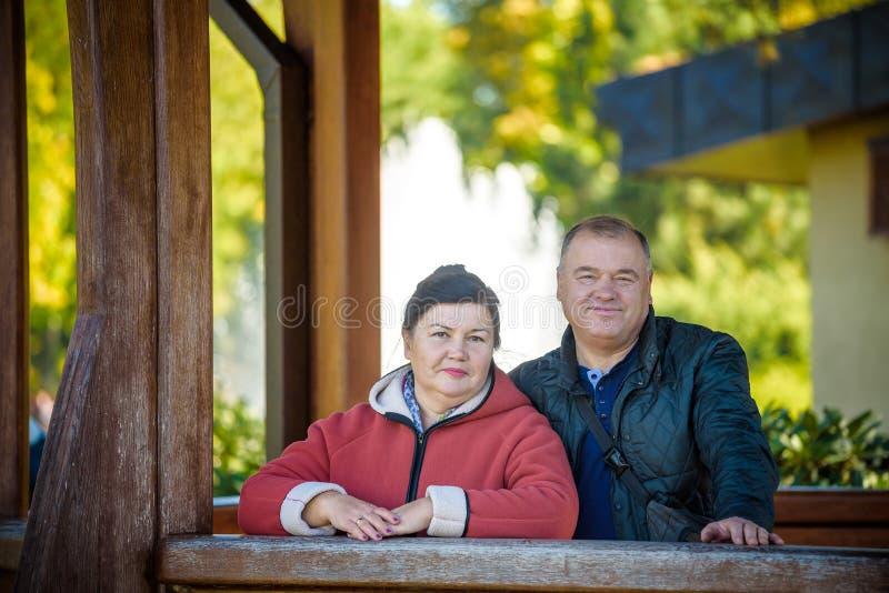 在爱的愉快的资深夫妇 公园户外 免版税库存照片