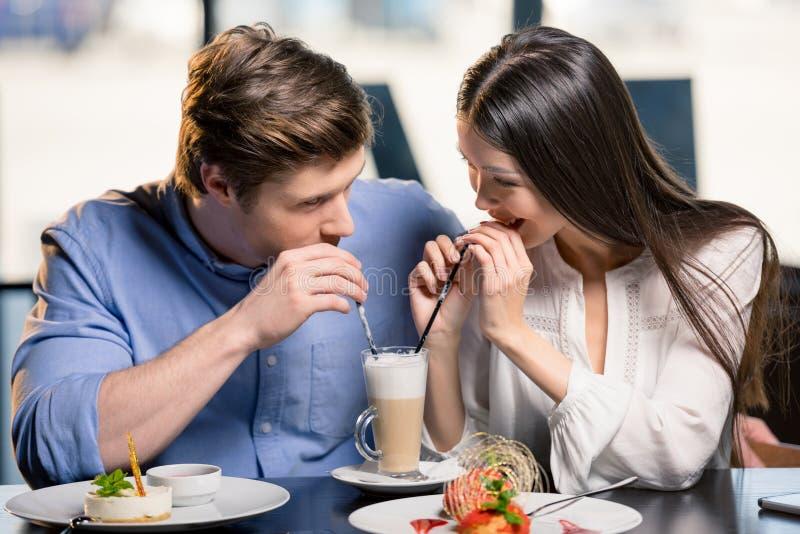 在爱的愉快的年轻夫妇在浪漫日期在餐馆 库存图片