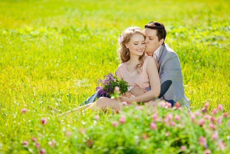 在爱的愉快的年轻成人夫妇在领域 两,人和wom 免版税库存照片