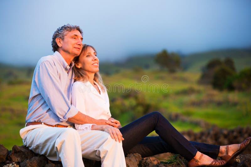 在爱的成熟中年夫妇 库存照片