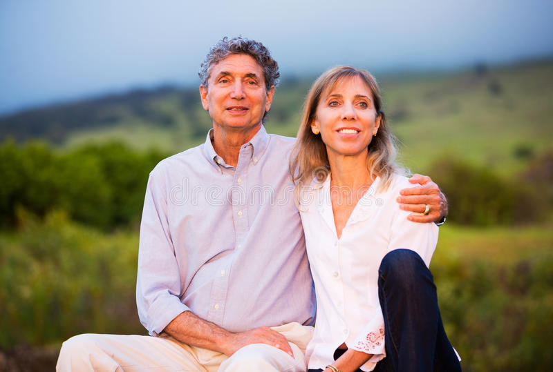 在爱的成熟中年夫妇 免版税库存照片