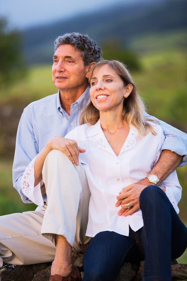 在爱的成熟中年夫妇 免版税图库摄影
