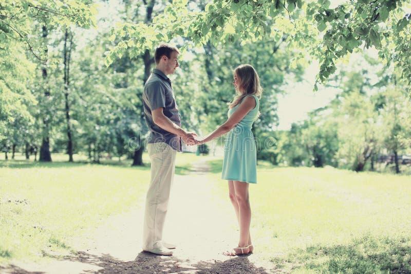 在爱的浪漫可爱的愉快的夫妇 免版税图库摄影