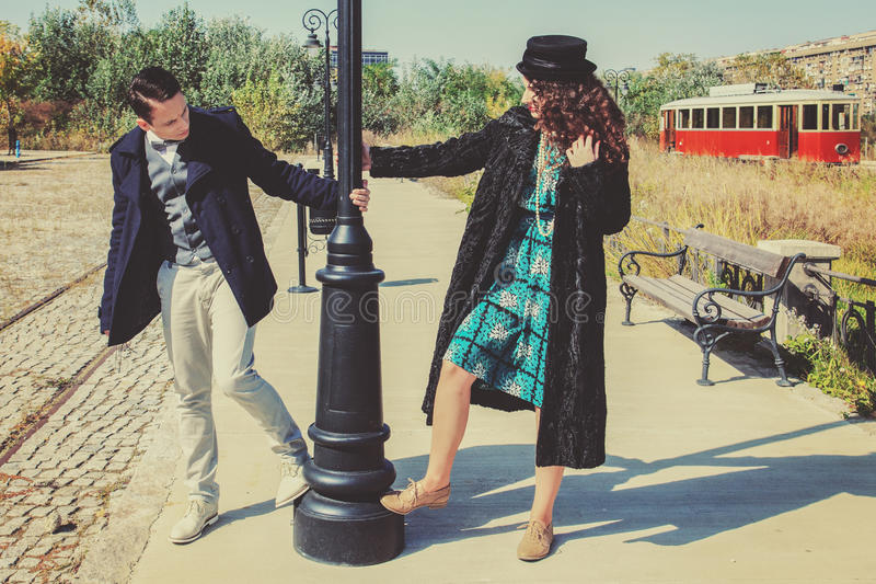 在爱的浪漫夫妇在铁路的时尚样式 免版税图库摄影