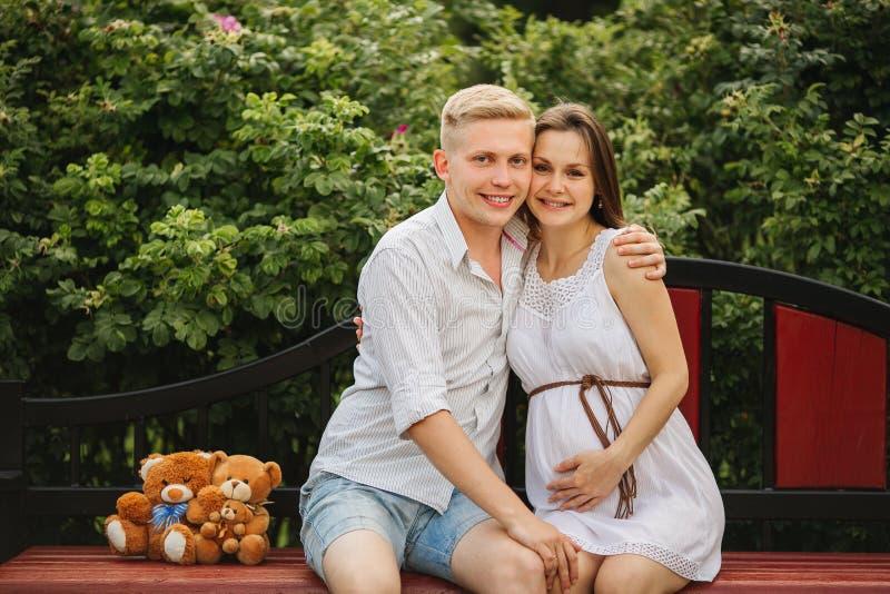 在爱的美好的孕妇和人夫妇 图库摄影