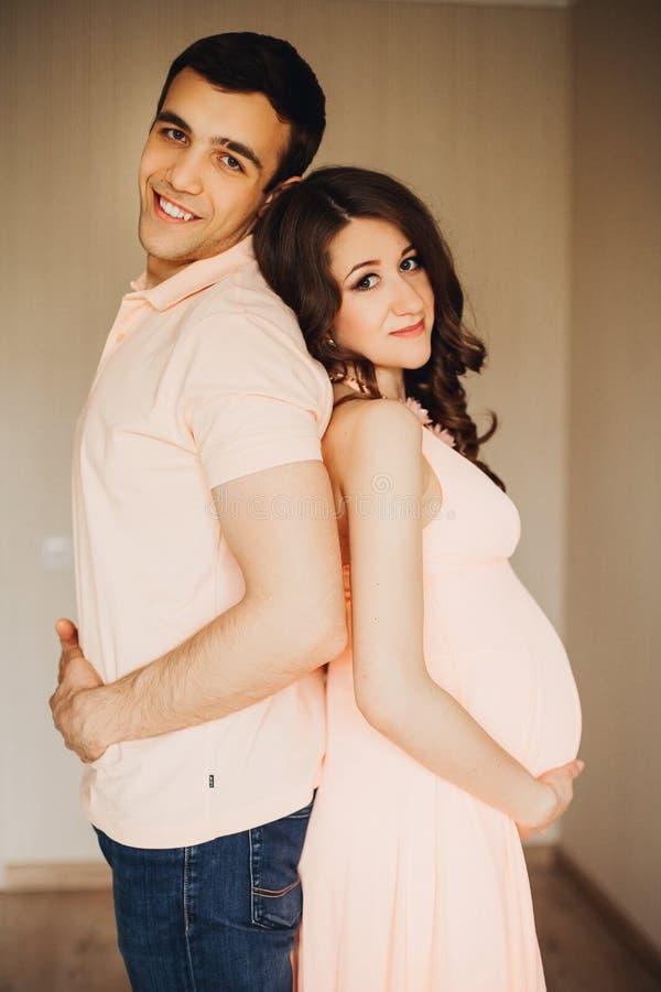 在爱的美好的孕妇和人夫妇 免版税库存图片