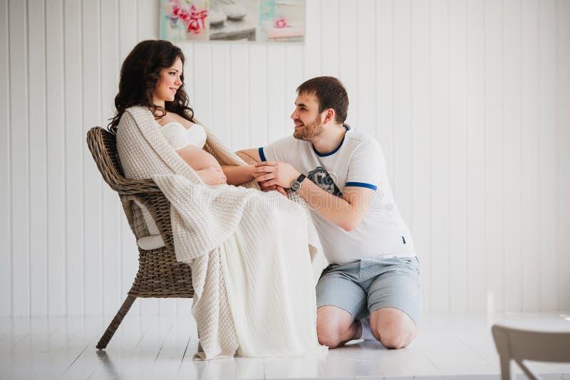 在爱的美好的孕妇和人夫妇 免版税图库摄影