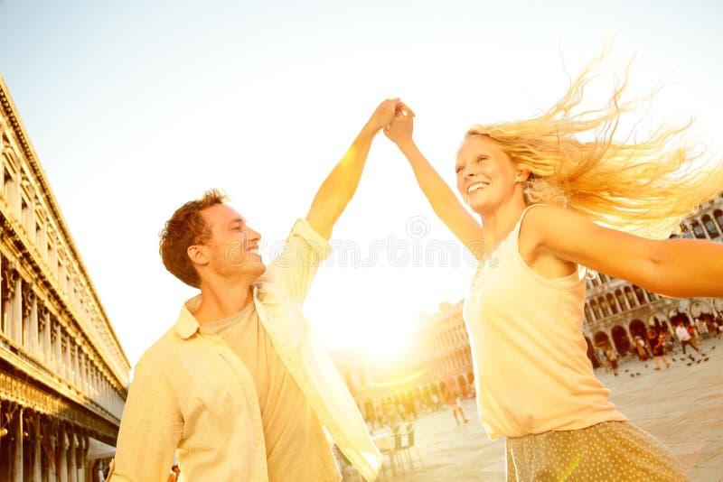 在爱的跳舞的浪漫夫妇在威尼斯,意大利 免版税库存图片