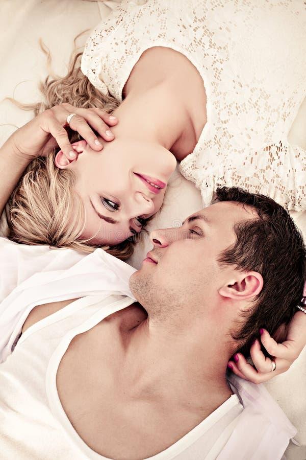 在爱的年轻夫妇 库存照片