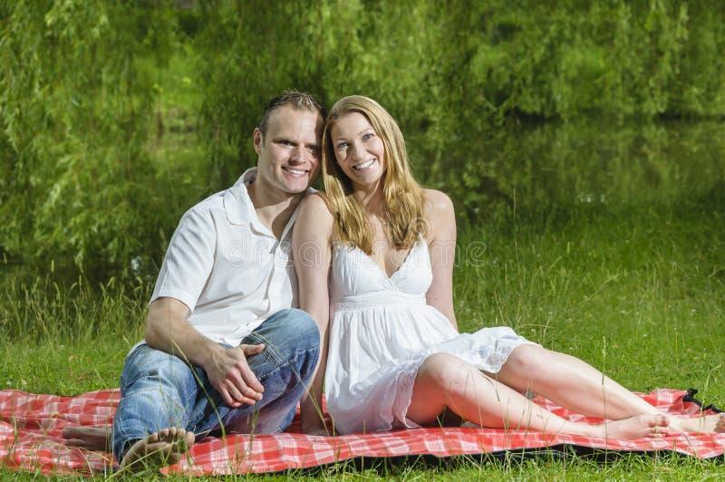 在爱的年轻夫妇 免版税库存照片