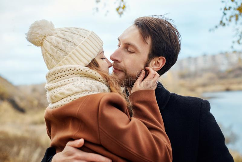 在爱走在公园的,情人节的夫妇 男人和妇女拥抱和亲吻、一对夫妇在爱,嫩感觉和爱 库存图片