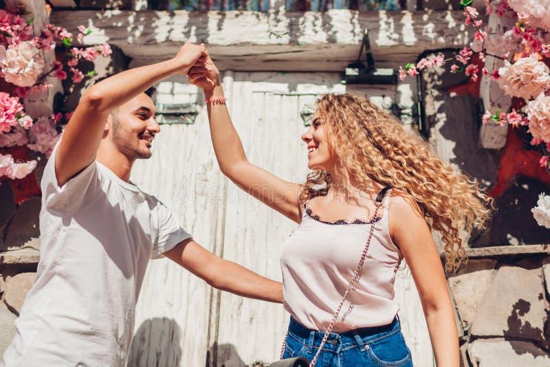 在爱跳舞的混合的族种夫妇在城市街道上 获得的青年人乐趣户外 库存图片