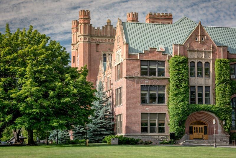 在爱达荷校园里的美丽的砖政府大楼 免版税库存照片