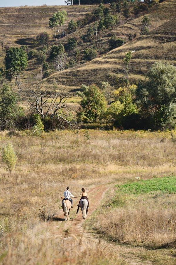 在爱骑马的年轻夫妇 免版税图库摄影