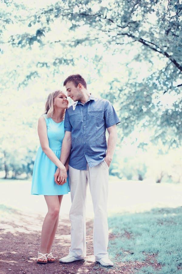在爱,日期,浪漫史的浪漫愉快的夫妇,婚姻-概念 免版税图库摄影