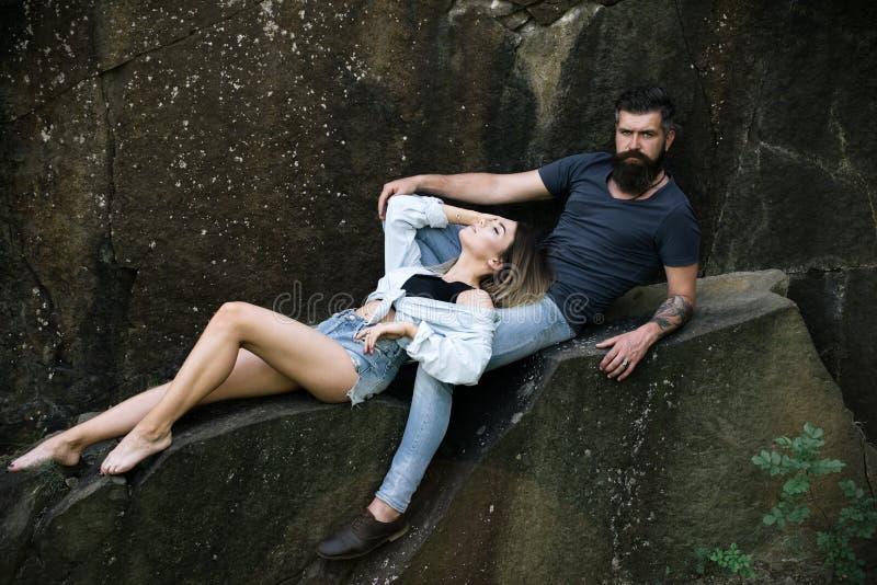 在爱 在爱的夫妇暑假 性感的妇女和有胡子的人自然风景的 肉欲的夫妇 库存照片
