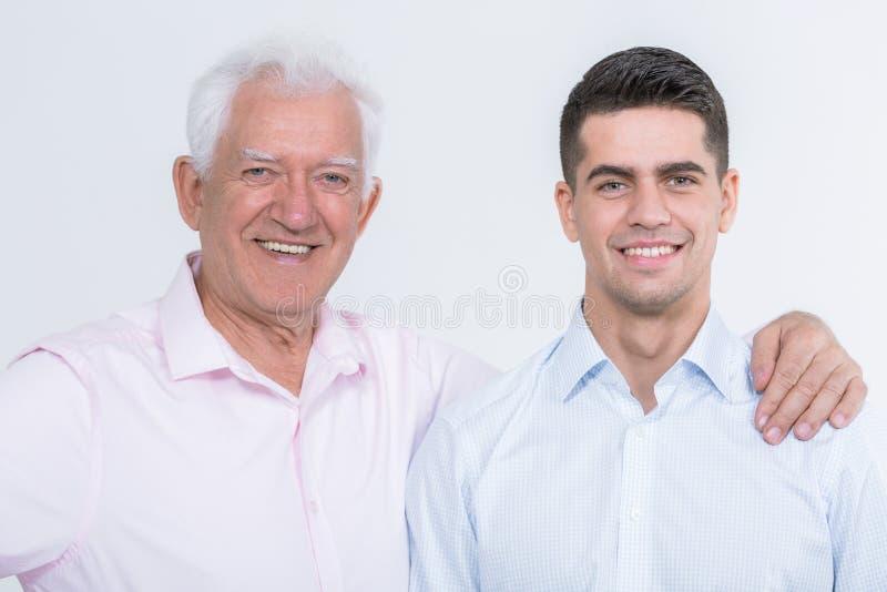 在父亲和儿子之间的两代之间的友谊 免版税库存图片